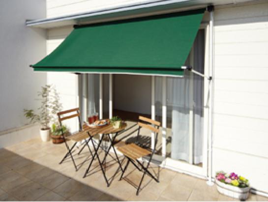ガーデンテーブルとイスを置いて素敵なティータイムを