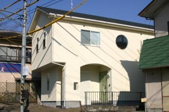 らせん階段のあるアジアンモダンの家