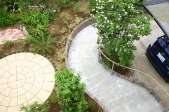 バリアフリーのサークル庭園